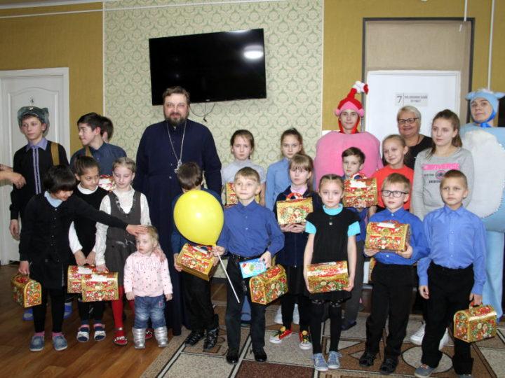 Кемеровские волонтёры организовали праздничное поздравление в социально-реабилитационном центре Анжеро-Судженска