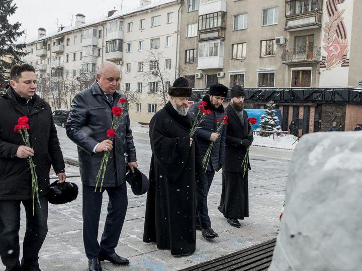 Кемеровские священнослужители возложили цветы к мемориалу Славы
