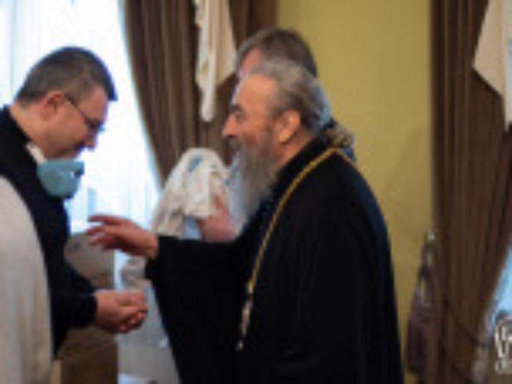 Блаженнейший митрополит Киевский Онуфрий передал Александровской больнице средства защиты для медиков и аппарат искусственного дыхания и