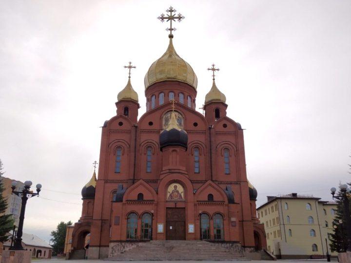 В неделю Русских святых митрополит Аристарх возглавил богослужение в Знаменском соборе