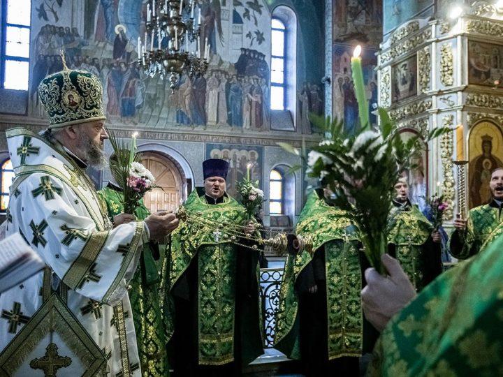 В канун Пятидесятницы глава митрополии совершил богослужение в Знаменском кафедральном соборе