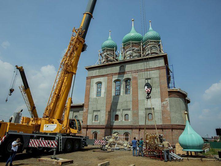 12 июля 2020 г. Освящение накупольных крестов и колоколов Михайловского храма в Кемеровском районе