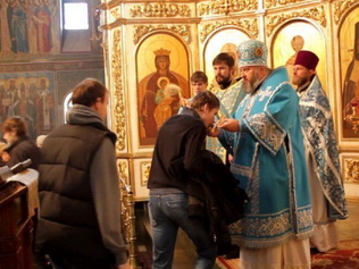 В праздник Казанской иконы Божией Матери митрополит Аристарх и епископ Иннокентий совершили Литургию в Знаменском соборе