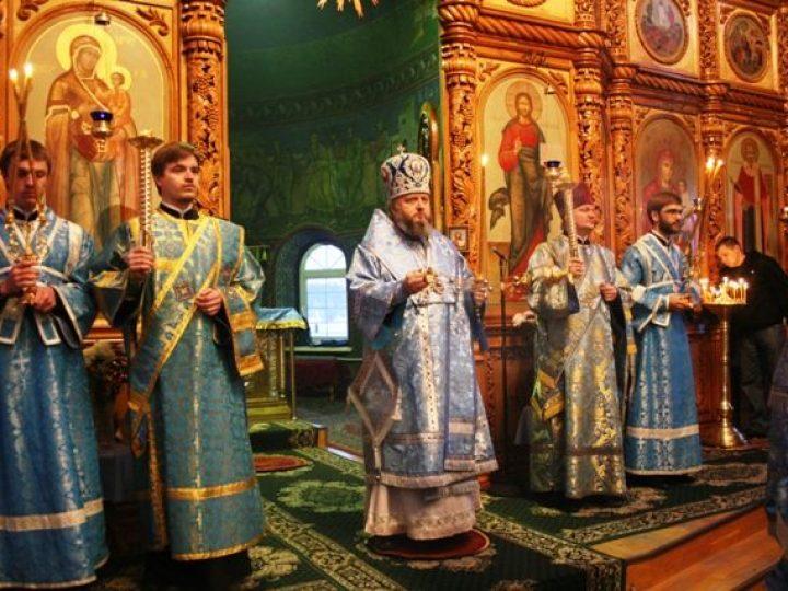 В канун праздника в честь иконы Божией Матери «Скоропослушница» глава Кузбасской митрополии совершил всенощное бдение в храме Киселевска