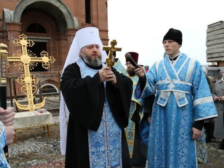 Глава Кузбасской митрополии освятил кресты для куполов Казанского храма, строящегося в областной столице