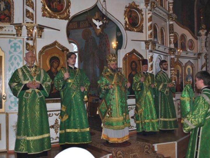 Митрополит Аристарх совершил всенощное бдение в Свято-Троицком храме пос. Инской