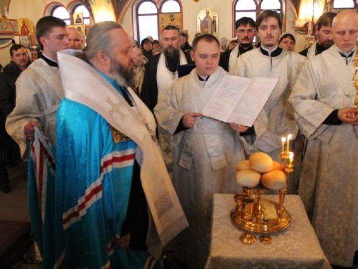 Митрополит Аристарх совершил всенощное бдение в храме прп. Серафима Саровского г. Полысаево