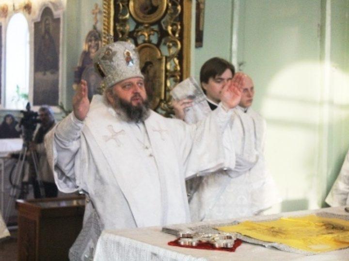 В праздник Крещения Господня кузбасский архипастырь совершил Литургию и чин великого освящения воды в Знаменском соборе
