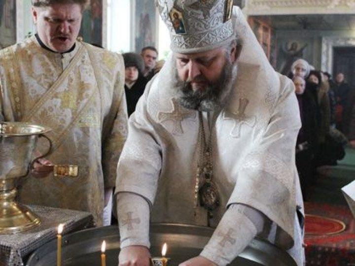 В Крещенский сочельник митрополит Аристарх совершил Литургию и освятил воду в Никольском соборе Кемерова