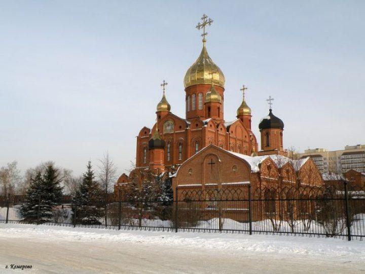 В неделю 37-ю по Пятидесятнице митрополит Аристарх совершил Божественную литургию в Знаменском соборе
