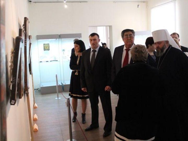 Митрополит Аристарх и губернатор А.Г. Тулеев осмотрели выставку старинных богородичных икон в областном музее изобразительных искусств