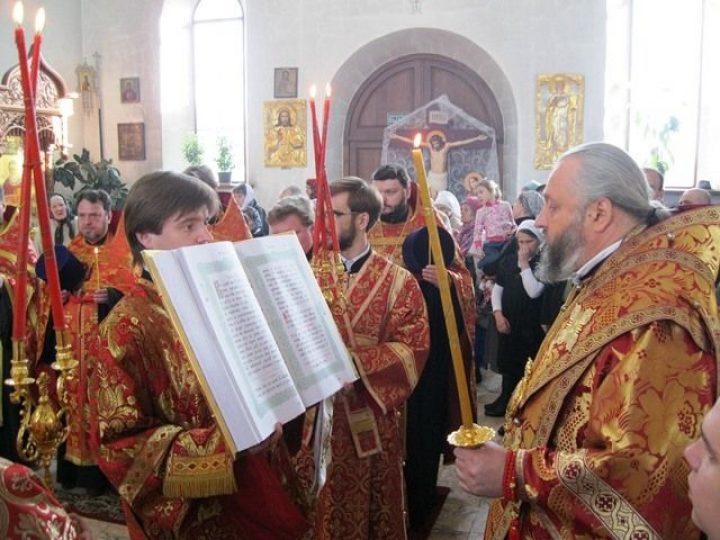 Митрополит Аристарх совершил всенощное бдение в Иоанно-Кронштадтском храме Березовского