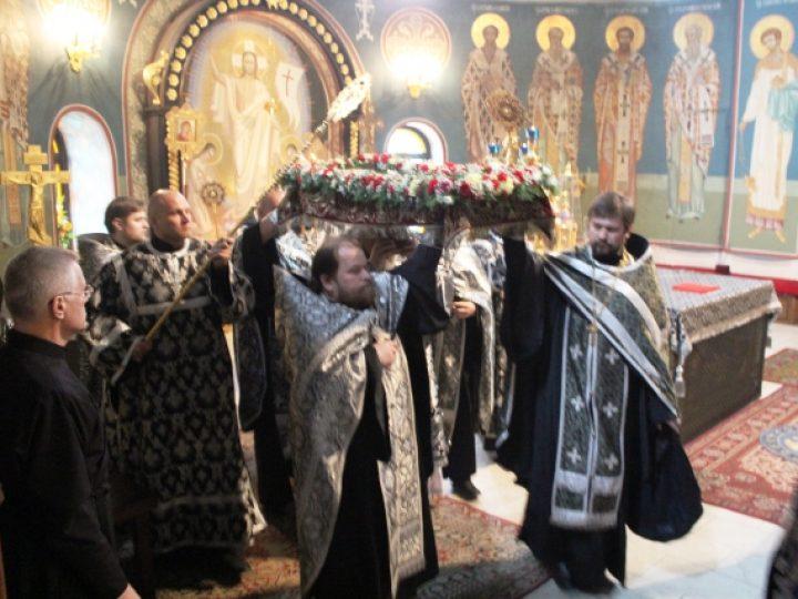 Митрополит Аристарх совершил вечерню Великого пятка с выносом Святой Плащаницы
