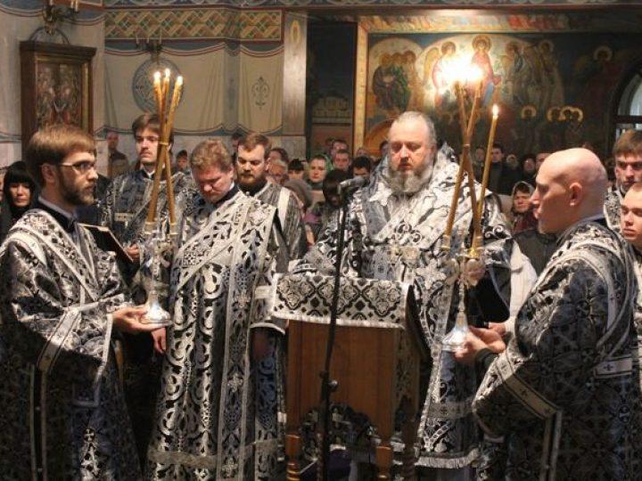 Кузбасский архипастырь совершил утреню Великого пятка с чтением двенадцати Страстных Евангелий в Знаменском соборе