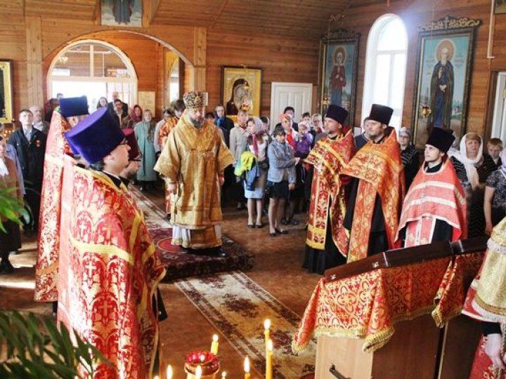 В четверг Светлой седмицы митрополит Аристарх совершил вечернее богослужение в Скорбященской церкви Кемерова
