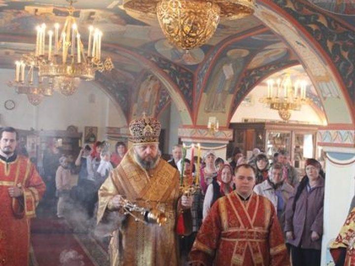 В пятницу Светлой седмицы кузбасский архипастырь совершил богослужения в храмах Л-Кузнецкого и Полысаева