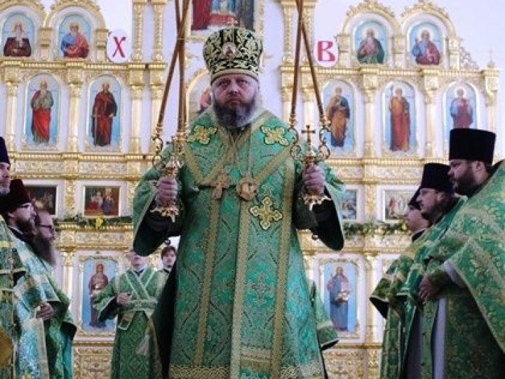 В день Святой Троицы глава Кузбасской митрополии совершил Божественную литургию и великую вечерню в Троицком храме Кемерова