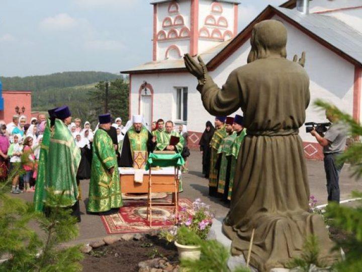 Глава Кузбасской митрополии освятил скульптуру прп. Серафима Саровского в монастыре Елыкаева