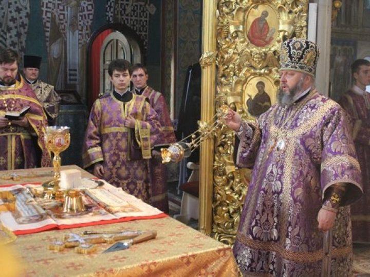 В праздник Усекновения главы Иоанна Предтечи митрополит Аристарх совершил Божественную литургию в Знаменском соборе