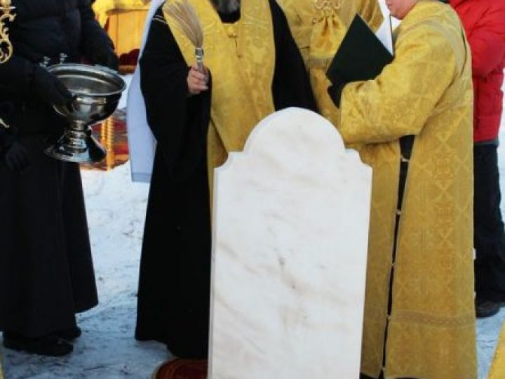 Глава Кузбасской митрополии освятил камень в основание храма на территории Областного онкологического диспансера