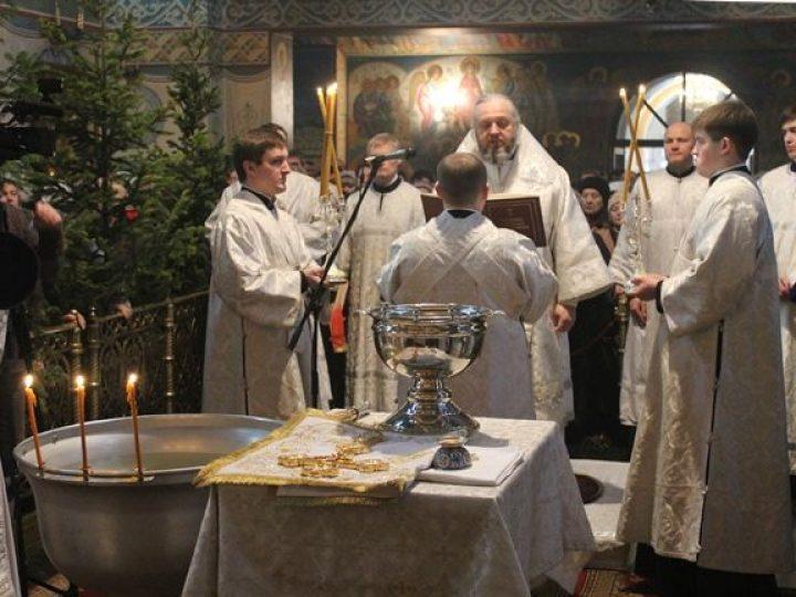 В праздник Крещения Господня митрополит Аристарх совершил Литургию и чин великого освящения воды в Знаменском соборе Кемерова