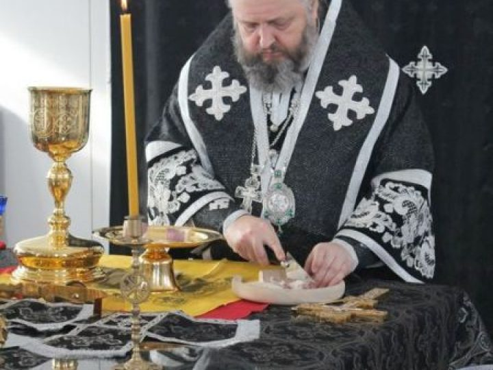 Митрополит Аристарх совершил Литургию Преждеосвященных Даров в Троицком храме Кемерова
