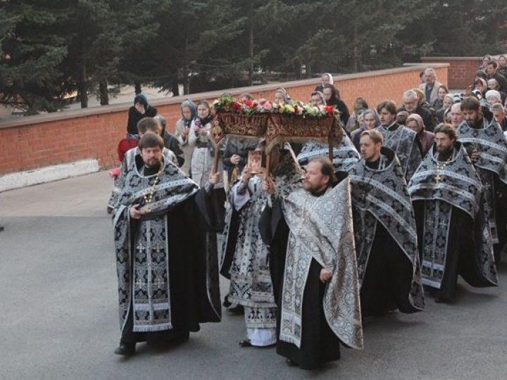 Глава Кузбасской митрополии совершил утреню Великой субботы с чином погребения Господа нашего Иисуса Христа