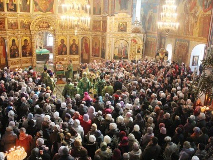 В праздник Входа Господня в Иерусалим глава Кузбасской митрополии совершил Божественную литургию в Знаменском соборе