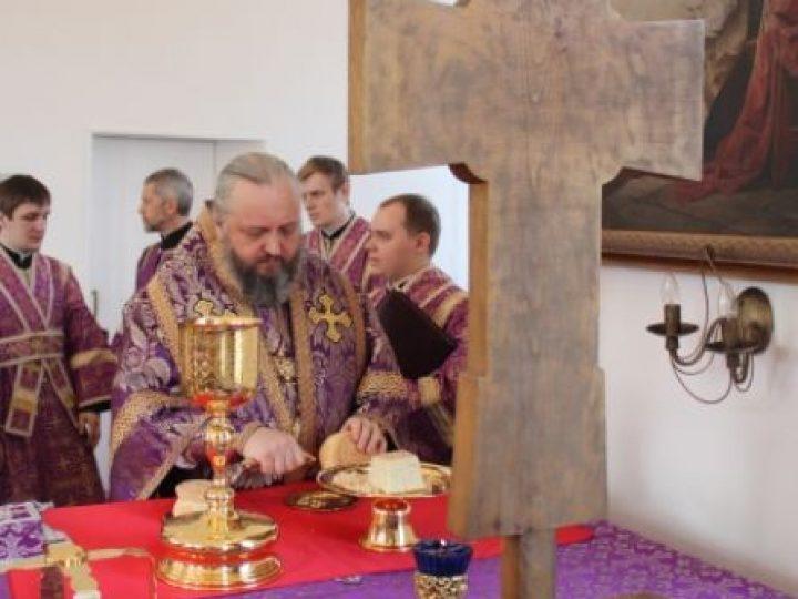 В четверг Страстной седмицы митрополит Аристарх совершил Литургию в Троицком храме Кемерова