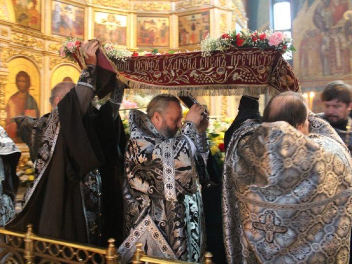 Правящий архиерей совершил вечерню Великой пятницы с выносом Святой Плащаницы