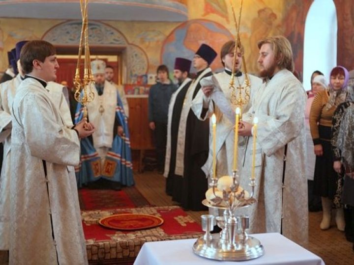 В канун дня памяти прп. Серафима Саровского глава Кузбасской митрополии возглавил всенощное бдение в храме пос. Грамотеино