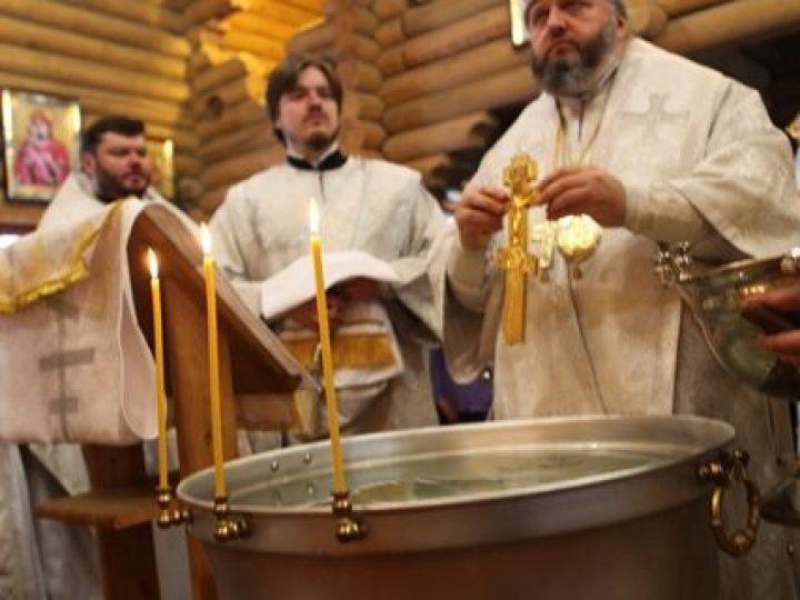 В Крещенский сочельник митрополит Аристарх совершил Литургию и чин великого освящения воды в Александро-Невском храме Кемерова