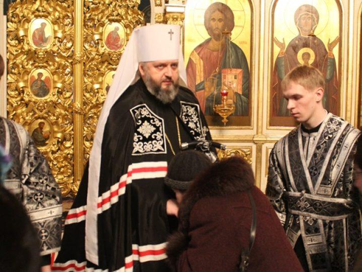 Глава Кузбасской митрополии совершил вечерню с чином прощения в Знаменском соборе