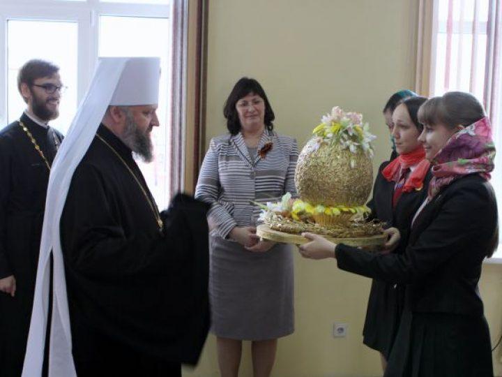 Воспитанницы Губернаторского лицея поздравили митрополита Аристарха с праздником Пасхи