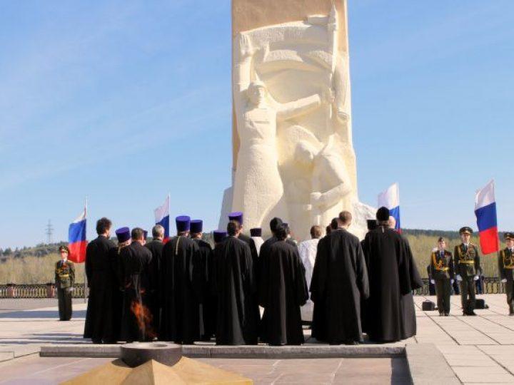 Духовенство Кемерова возложило цветы к памятнику героям-кузбассовцам
