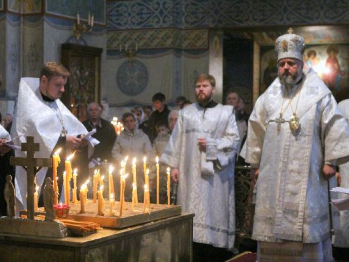 В Троицкую родительскую субботу митрополит Аристарх совершил панихиду в Знаменском соборе Кемерова