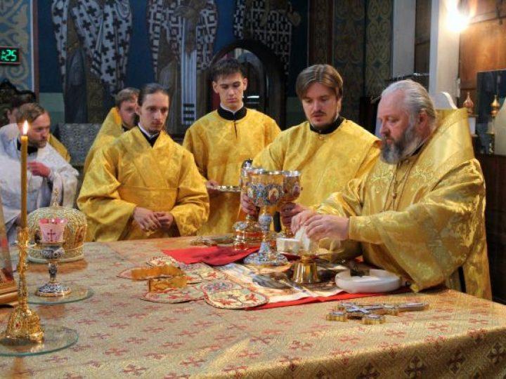 В неделю 3-ю по Пятидесятнице митрополит Аристарх совершил Литургию в Знаменском соборе Кемерова