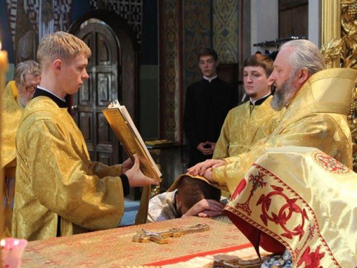 В неделю 4-ю по Пятидесятнице митрополит Аристарх совершил Литургию в Знаменском соборе Кемерова