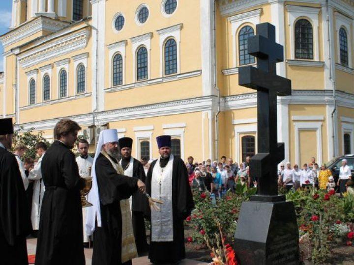 Глава Кузбасской митрополии освятил памятный крест на могиле протоиерея Александра Пивоварова