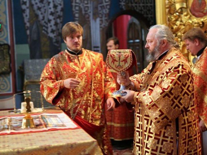 В неделю 10-ю по Пятидесятнице митрополит Аристарх совершил Литургию в Знаменском соборе Кемерова