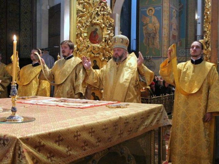 В неделю 20-ю по Пятидесятнице митрополит Аристарх совершил Литургию в Знаменском соборе Кемерова