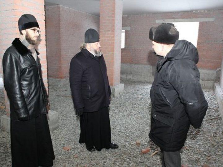 Митрополит Аристарх совершил объезд строящихся храмов Кемерова