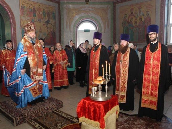 Митрополит Аристарх совершил всенощное бдение в храме мученика Трифона Кемеровского района