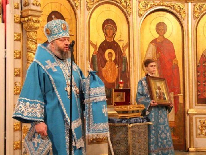 В праздник Сретения Господня глава Кузбасской митрополии совершил Литургию в Знаменском соборе Кемерова