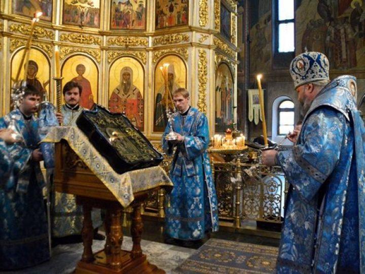 Митрополит Аристарх совершил утреню с чтением Акафиста Пресвятой Богородице в Знаменском соборе
