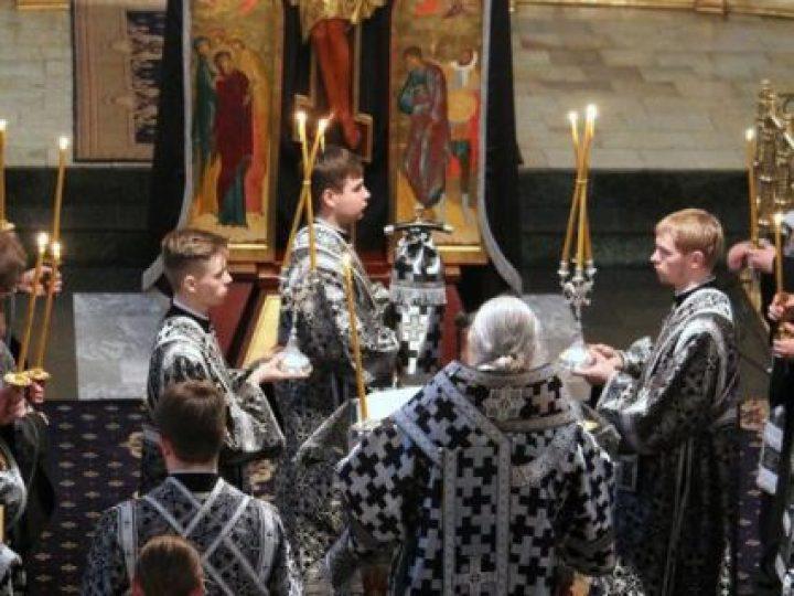 Кузбасский архипастырь совершил утреню Великой пятницы с чтением двенадцати Страстных Евангелий в Знаменском соборе