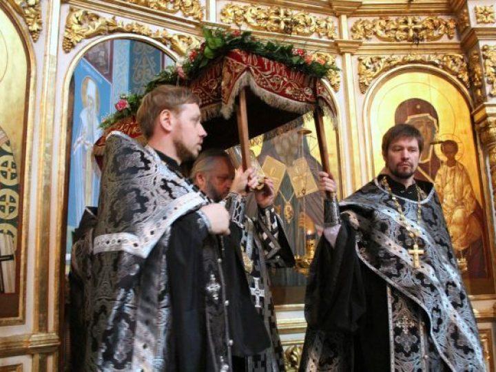 Митрополит Аристарх совершил вечерню Великой пятницы с выносом Святой Плащаницы в Знаменском соборе