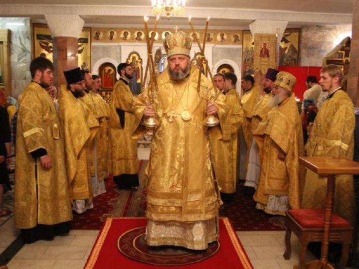 В Неделю 2-ю по Пятидесятнице, день памяти Всех святых, в земле Русской просиявших, митрополит Аристарх совершил Литургию в Знаменском соборе