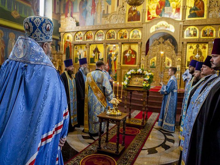 В канун праздника Покрова митрополит возглавил богослужение в Покровском женском монастыре