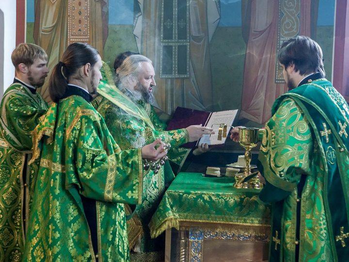 Митрополит Аристарх возглавил Литургию в престольный день храма праведного Иоанна Кронштадского